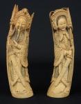 """SELO VERMELHO. Par de figuras esculpidas em marfim, representando """"Imperador e Imperatriz"""". Alt.: 26cm. Marca de selo vermelho na base. China - 1900."""