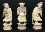 """SELO VERMELHO. Três figuras esculpidas em marfim, representando """"2 Damas dançarinas e Imortal"""". Alt.: 9cm. China - 1900. Marca de Selo Vermelho no fundo. (Falta a mão direita do Imortal e pequenos lascados nas quinas das bases)."""