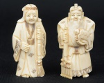 """Dois Okimonos esculpidos em marfim, representando """"Casal de Anciões camponeses com tartaruga e ferramentas na mão"""". Alt.: 7,5cm. Assinados. Japão - 1900."""