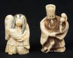 """Dois Netsukes esculpidos em marfim, representando """"Personagem do Teatro de Kabuki (mil faces) e dignatário com cabaça e animal"""". Alt.: 5,5cm. Assinados. Japão - 1900."""