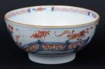 """Bowl em porcelana chinesa da """"Cia das Índias"""", séc. XVII/XVIII, período Kangxi (1662-1722), esmaltagem floral no padrão """"Imari"""". Alt.: 7,5cm. Diâm.: 15cm. (Fio de cabelo na borda). (Em função da fragilidade, este lote só poderá ser enviado para fora do estado através de transportadora especializada)."""