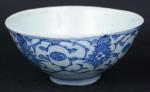 """Bowl em porcelana chinesa do séc. XVIII, período """"Qianlong"""" (1736 - 1795), esmaltagem floral em azul e branco. Alt.: 7,5cm. Diâm.: 16cm. Marca no fundo. (Borda da base com bicados). (Em função da fragilidade, este lote só poderá ser enviado para fora do estado através de transportadora especializada)."""