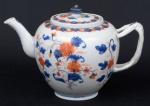 """Bule para chá em porcelana chinesa do séc. XVII/XVIII, período Kangxi (1662-1722), esmaltagem floral no padrão """"Imari"""". Alça com galhos entrelaçados. Alt.: 13cm. (Lascados na borda do bule e na tampa e bicado no bico do bule). (Em função da fragilidade, este lote só poderá ser enviado para fora do estado através de transportadora especializada)."""