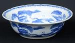 """Antigo bowl em porcelana chinesa, esmaltada em azul e branco no padrão """"Macau"""". Borda ondulada. Diâm.: 34,5cm. (Em função da fragilidade, este lote só poderá ser enviado para fora do estado através de transportadora especializada)."""