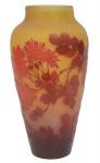 EMILE GALLÉ (FRANÇA, 1900). Esplêndido vaso art nouveau em pasta de vidro acidado decorado com ramos, folhas e peônias nas cores cereja e âmbar. Alt.: 36 cm. Assinado. Reproduzido com foto no catálogo. (Em função da fragilidade, este lote só poderá ser enviado para fora do estado através de transportadora especializada).