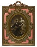 Extraordinário porta retrato francês do séc. XIX em bronze patinado e ricamente ornamentado no estilo neo clássico. Contornos internos revestidos em esmalte na cor coral. Medida: 38 x 28. Reproduzido com foto no catálogo.